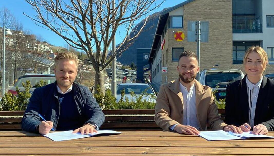 Victor Aguiar og Pia Berg Hjelmeland starter Brasa Restaurant og Bar i Sogndal. Til venstre Frode Einarsen, som er eiendomssjef i Einarsen Eiendom. (Foto: Brasa Restaurant og Bar)