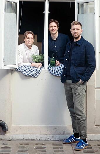 Magnus Liøkel (fra venstre) og Ole Kristian Samuelsen sammen med administrerende direktør og gründer i Livly, Jonas Stokke. (Foto: Sultne Gutter)