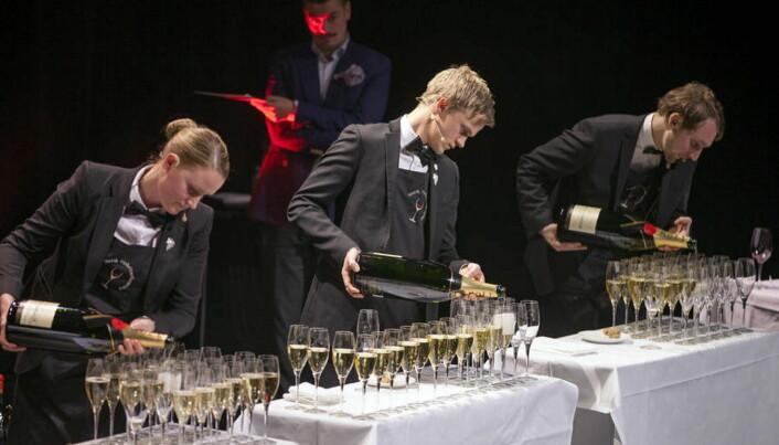 Fra et tidligere mesterskap. Fra venstre Heidi Iren Hansen, Henrik Dahl Jahnsen og Simon Zimmermann. (Foto: Norsk Vinkelnerforening, arkiv)