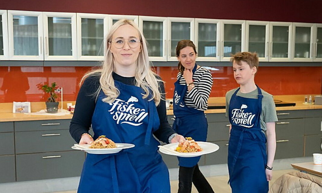 Anna Reibo Jentoft er med på å arrangere Kokkesprell. Her serverer hun en av finalerettene. (Foto: Knut Åserud, Sjømatrådet)
