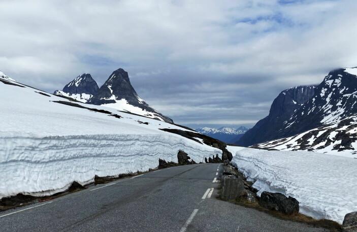 Bispen (nærmest) og Kongen til venstre i bildet er alternativer til Romsdalseggen. (Foto: Morten Holt)