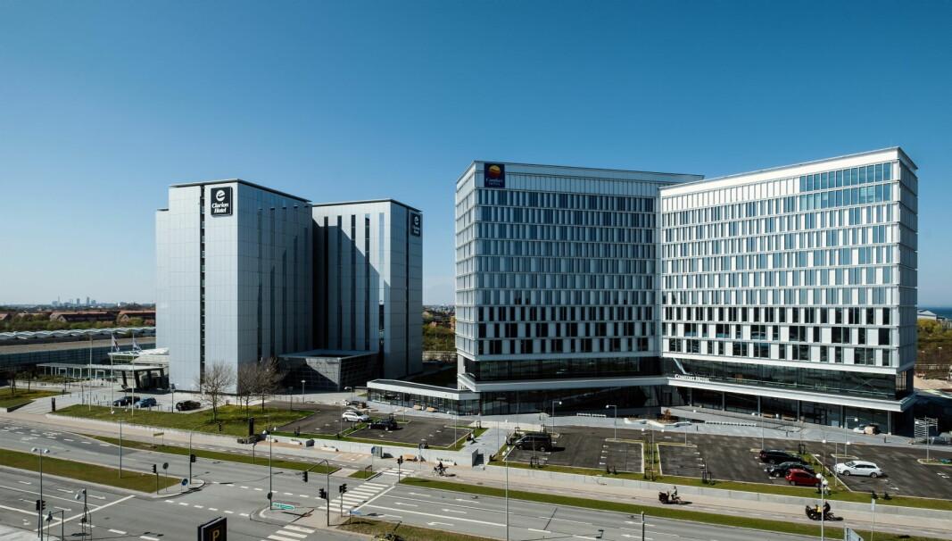 Comfort Hotel Copenhagen Airport (til høyre) ligger like inntil Clarion Hotel Copenhagen Airport.