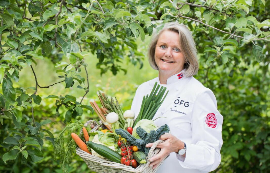 Kokken Toril Gulbrandsen brenner for de nye norske grønnsakene. (Foto: OFG)
