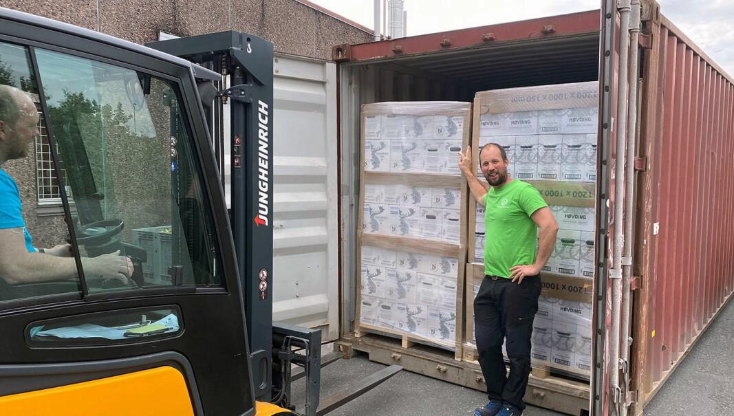 Sjef på destilleriet i Grimstad, Fabian Widmer, sender en ny container med Harahorn til ginelskende amerikanere. (Foto: Det Norske Brenneri)