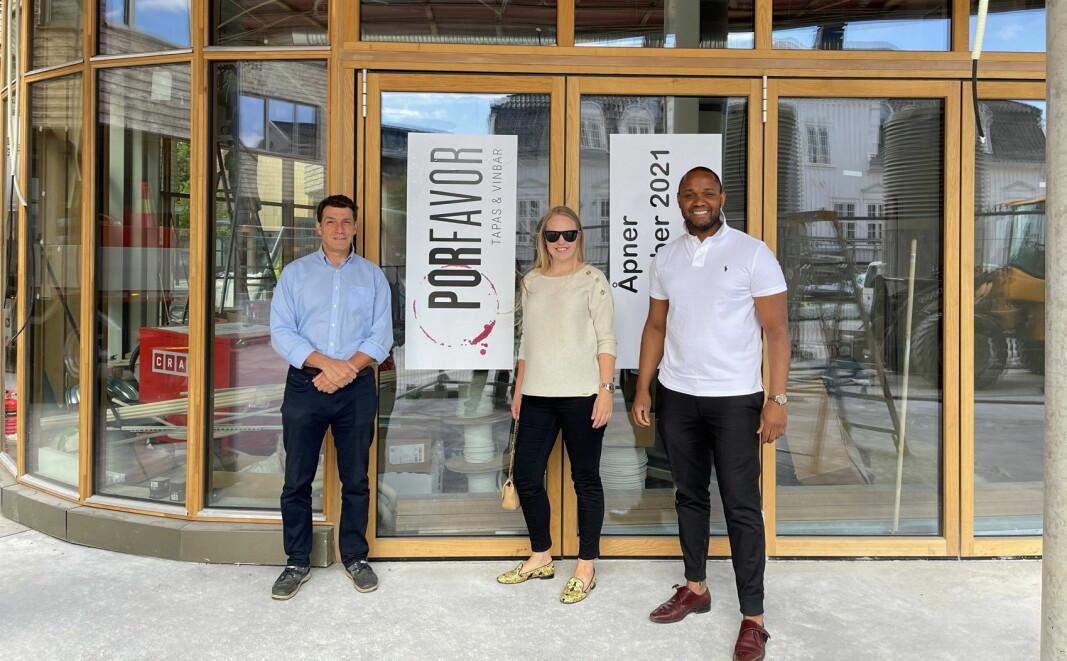 Kokken Jesus Mota Castro (til venstre) sammen med gründerne Benedicte Nilsen og Johan Manon Ceron (Johan Crianza) foran det nye restaurantlokalet. (Foto: Por Favor)