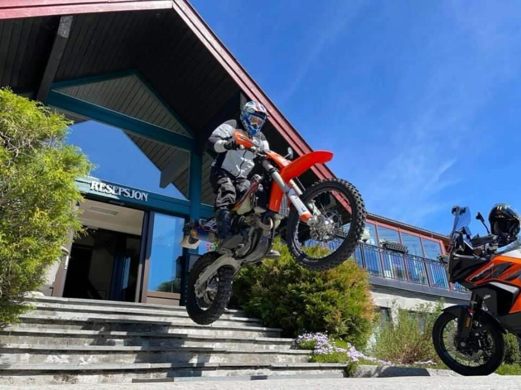 Pål Anders Ullevålseter kjører inn og ut av Straand Hotel i Vrådal i Telemark i ny internasjonal reklamefilm for å trekke besøkende motorsyklister til Norge. (Foto: Straand Hotel)