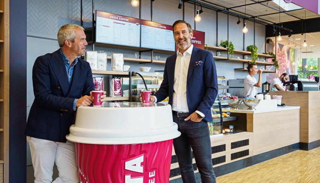 Carl Lescroart og Tormod Halbakken, administrerende direktør og direktør for varme drikker for Coca-Cola European Partners Norge, er glade for å introdusere Costa Coffee i Norge. Her i kaffebaren på BI Nydalen. (Foto: Coca-Cola European Partners Norge/Ken Ingwersen)