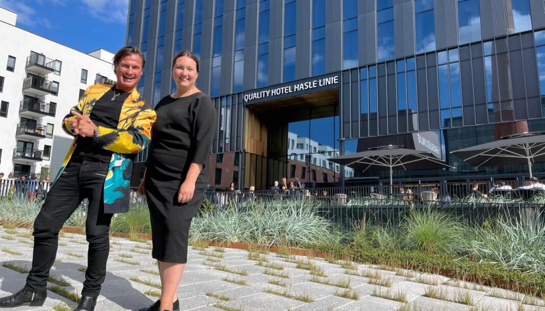 Petter A. Stordalen, eier av Nordic Choice Hotels, sammen med hotelldirektør på Quality Hotel Hasle Linie, Sara Jensen. (Foto: Nordic Choice Hotels)