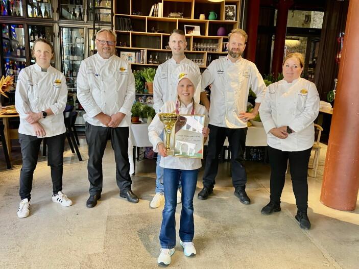 Dommerne og vinneren. Fra venstre Nina Kristoffersen, Bent Stiansen, Espen Ramnestedt, Tom Victor Gausdal og Kristine Hartvigsen. Foran vinneren Stella Vedal Grøttheim. (Foto: Norsk Gastronomi)