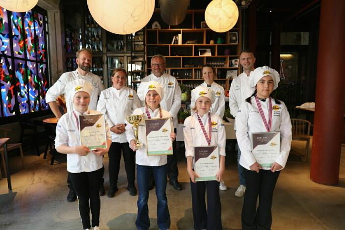 De fire finalistene sammen med juryen. Fra venstre Vilde Fjeldstad, Stella Vedal Grøttheim, Linea Bertelsen og Ezginur Kocaguzel. (Foto: Norsk Gastronomi)