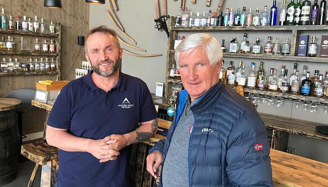 Daglig leder for Aurora Spirit Distillery Tor Petter W. Christensen (til venstre), forklarer Bjørn Wirkola litt om akevittproduksjonen. (Foto: Norske Akevitters Venner)