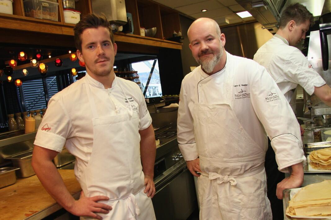 Håkon Solbakk (til venstre) er en av kandidatene i Årets kokk. Her sammen med Lars Erik Vesterdal. (Foto: Morten Holt)