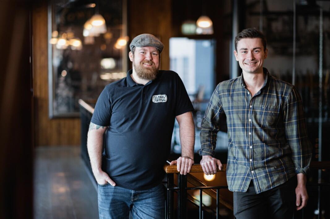 Daglig leder Eirik Tomter (til venstre) og produktsjef Jørn Idar Kvig i Lokalbrygg AS gleder seg til Oktoberfest 24. september. (Foto: Fredrik Alm).