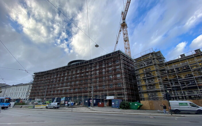 Det er stor aktivitet i Sommerrokvartalet om dagen. Det hele skal stå ferdig i september 2022. (Foto: Morten Holt)