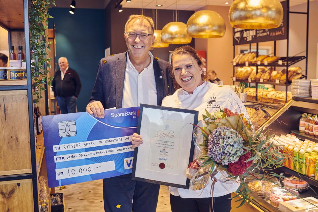 Ryfylke Bakeri og Konditori er Årets Bakeri 2021. Direktør Gunnar Bakke i Baker- og Konditorbransjens Landsforening delte ut prisen til daglig leder og eier Gunvor Fiskå.
