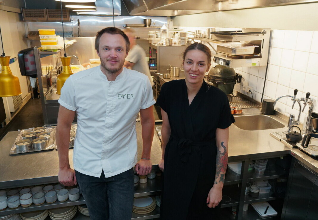 Bak Svein Trandem og Sara Johansson er det aktivitet på et prisnominert kjøkken. Restaurant Einer er nominert som årets kjøkken i Matprisen, sammen med Breddos Tacos og Fagn. (Foto: Georg Mathisen)