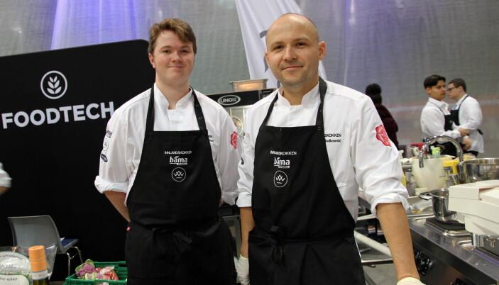 Maciej Wlodkowski (til høyre) sammen med commis Sebastian H. Øverland. (Foto: Morten Holt)
