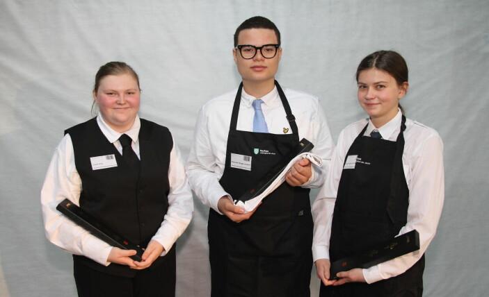 Cecilie Eng, Hilde Sivesind Åmot og Alexander Bugge-Jenssen fra VG2 på Raufoss videregående skole vant borddekningskonkurransen på Østlandske Storhusholdning 2021. (Foto: Morten Holt)