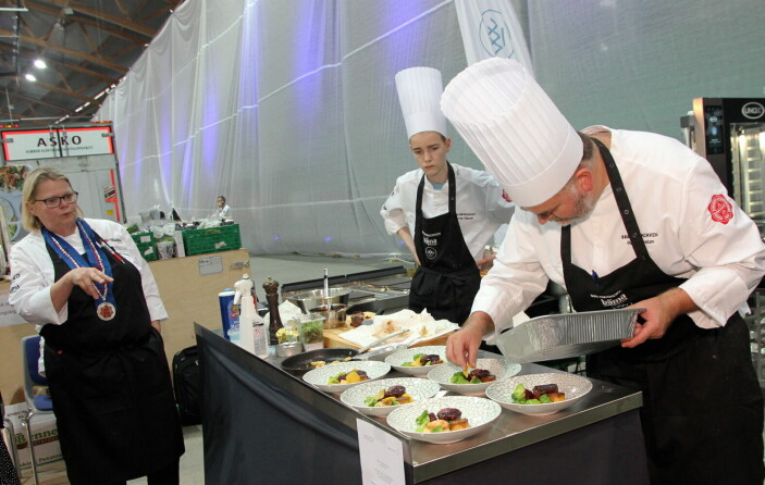 Siste hånd på verket før servering for vinneren Rune Veslum. (Foto: Morten Holt)