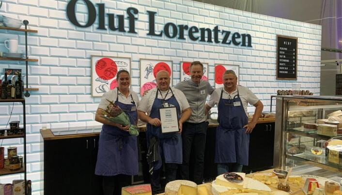 De ansatte på Oluf Lorentzens stand sammen med messegeneral Konrad Sel. (Foto: Østlandske Storhusholdning)