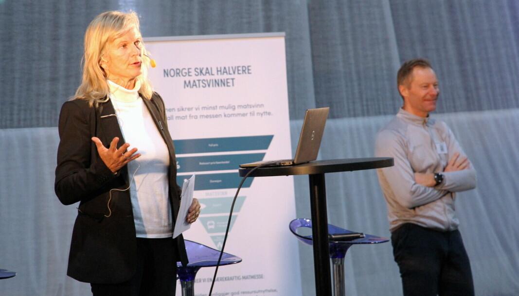 – Reiselivsbransjen trenger alle de hendene vi kan få i forbindelse med gjenåpningen av AS Norge, sier Kristin Krohn Devold. Bak Konrad Sel, som er arrangør for Østlandske Storhusholdning. (Foto: Morten Holt)