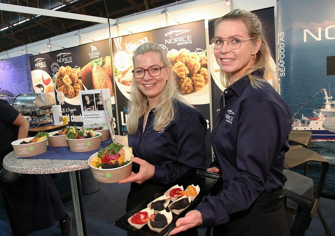 Ina Seljestad Flaatin (til venstre) og Iselin Jakobsen driver Husly Kafé & Catering i Bø, og på Østlandske Storhusholdning sto de på Norice Seafoods stand. Husly Kafé & Catering i Bø er nominert som finalist i «NM i sunn fastfood» 2021. (Foto: Morten Holt)Click to add image caption