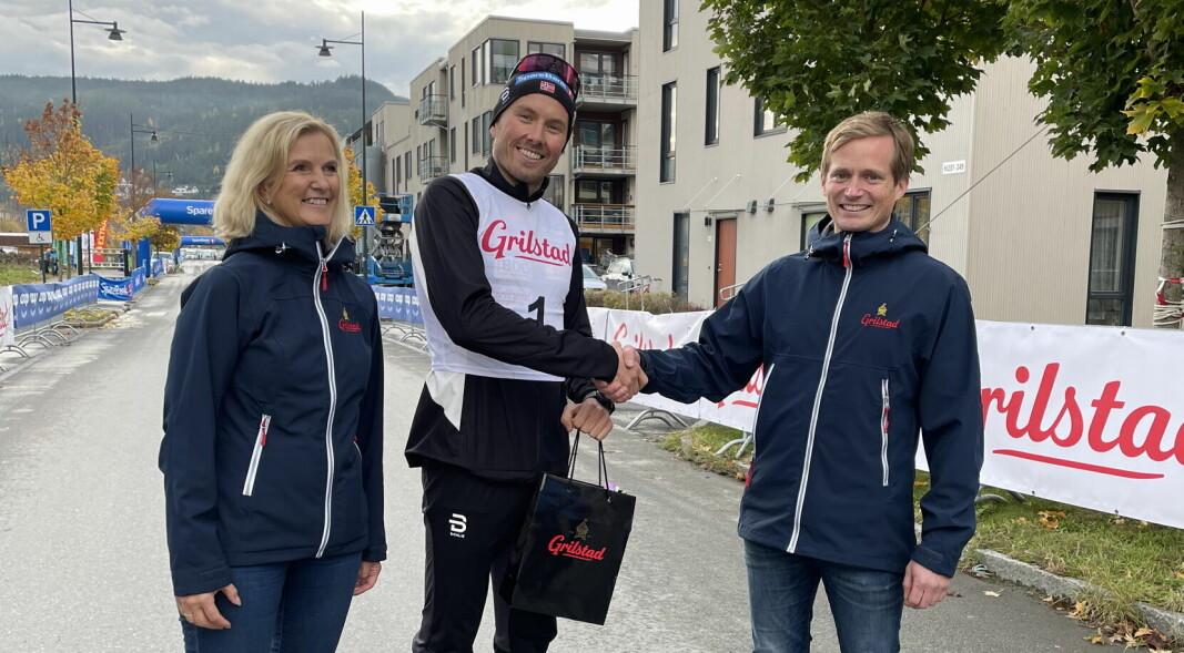Kristin Almås, sponsoransvarlig i Grilstad og Terje Sørnes, salgsdirektør i Grilstad, er glade for å kunne bidra til at Emil Iversen blir verdens beste skiløper. (Foto: Grilstad)