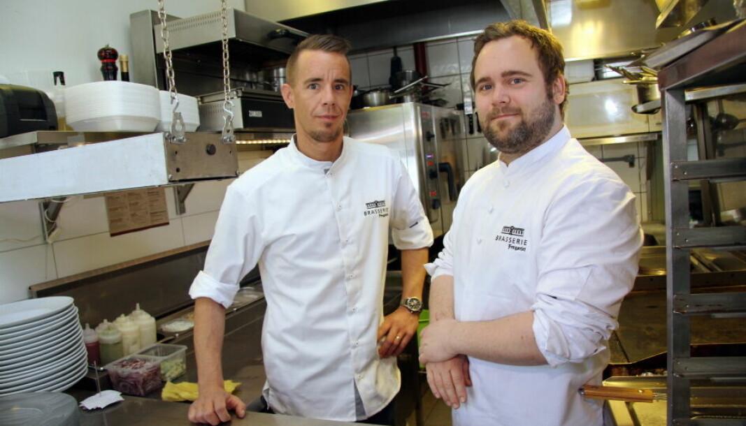 Morten Skinstad Haakenstad (til høyre) er ansatt som huskokk hos Miele Norge. Her fra tiden på Brasserie Fengselet i Hønefoss. Til venstre Thomas Haugseth. (Foto: Morten Holt, arkiv)