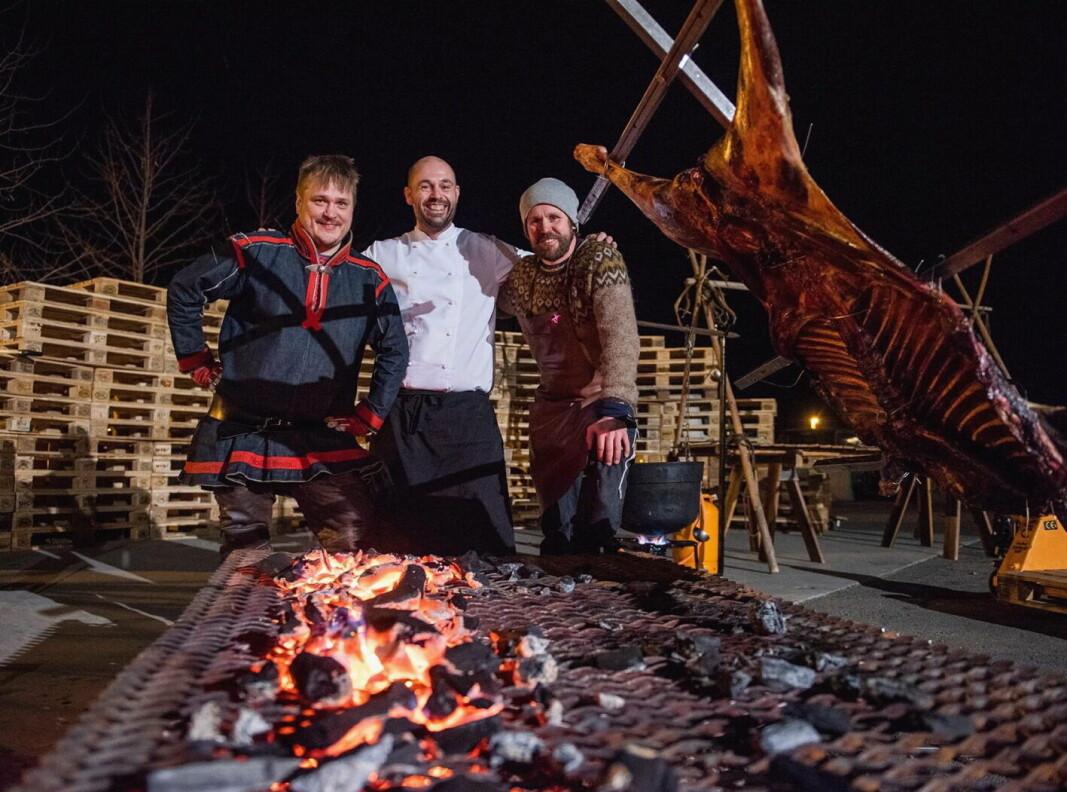 NKL Narvik med storsatsing på samisk matkultur. Fra venstre Martin Jönsson, Thomas Holmstrøm og Vegard Stormo. (Foto: NKL Narvik)