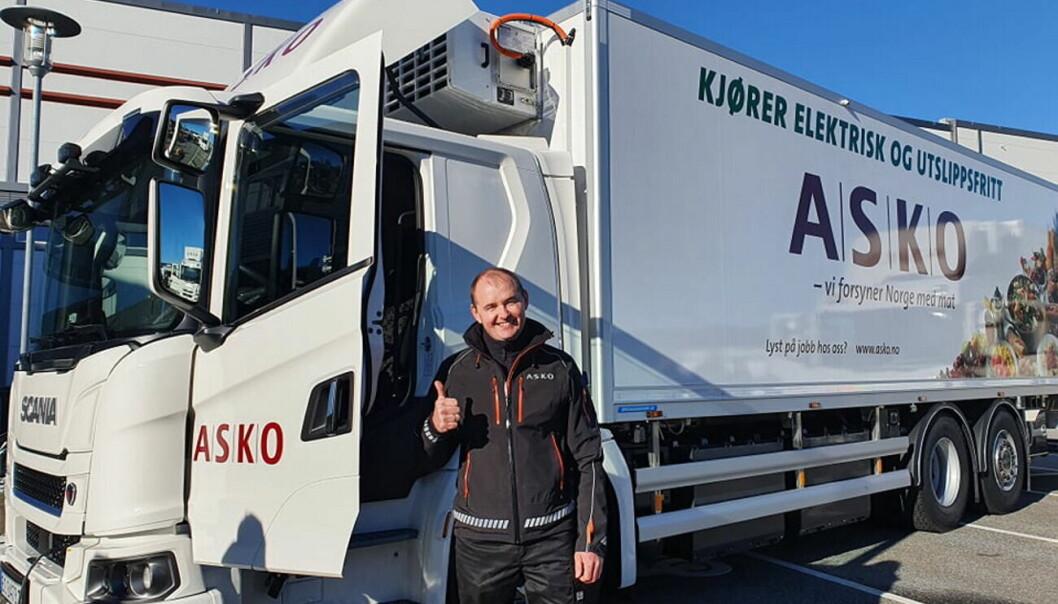 Petraitis Paulius var den utvalgte til å sitte bak rattet da første levering med el-lastebil fra Asko øst skjedde onsdag 13. oktober. (Foto: Asko øst)